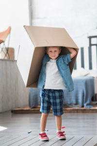 DIversión de un niño con cajas de cartón